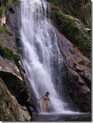 Mônica na Cachoeira da Feiticeira