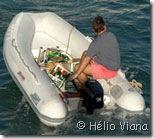 Abastecendo o barco - Foto © Hélio Viana