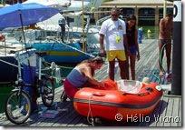 Manutenção do bote - Foto © Hélio Viana