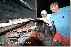 Zanellinha pilotando a churrasqueira - Foto © Hélio Viana