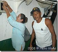 Quechada e Mara acendendo o farol - Foto © Hélio Viana