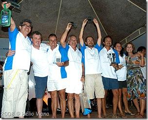 Tripulação do Makai recebe troféu de Patricia e Ricardo da ABVC - Foto © Hélio Viana
