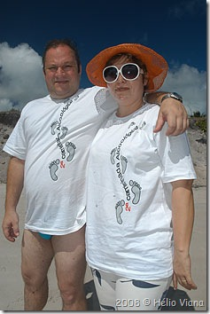 Sávio e Graça com a camiseta da caminhada - Foto © Hélio Viana