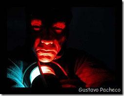 Gustavo Pacheco brincando com a luz de navegação