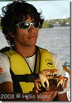 Instrutor mosta um caranguejo uçá - Foto © Hélio Viana