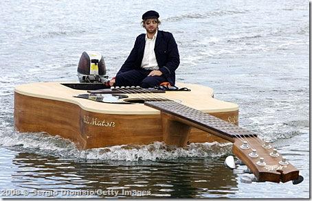 Josh Pyke e seu barco guitarra - Foto ©  Sergio Dionisio/Getty Images