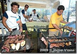 Webber, Zanella e Eduardo pilotando a churrasqueira - Foto © Hélio Viana