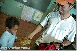 Marcio distribuindo brinquedos - Foto © Hélio Viana