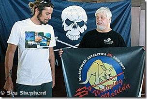 Capitão Paul  Watson com a bandeira da 6ª campanha - © Sea Shepherd
