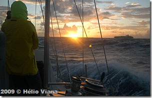 Lygia vigia navio (o AIS diz que está a meia milha) - Foto © Hélio Viana