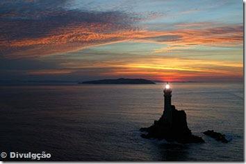 O farol de Fastnet ao pôr-do-sol © Divulgação
