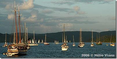 O fundeio com barcos ainda navegando - Foto © Hélio Viana