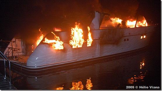 Incêndio em trawler na Marina Bracuhy - Foto © Hélio Viana