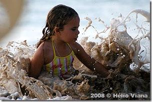Anais brinca na água - Foto © Héllio Viana
