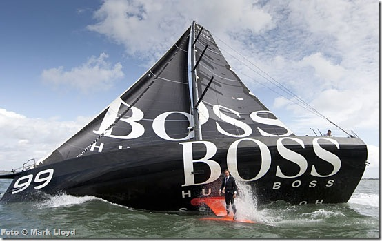 Alex Thomson na quilha do Hugo Boss - Foto © Mark Lloyd