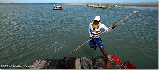 A balsa no Rio Guriu é movida à feijão