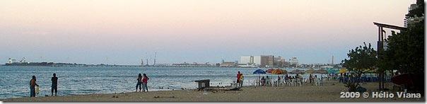 Praia de Iracema, com o porto ao fundo