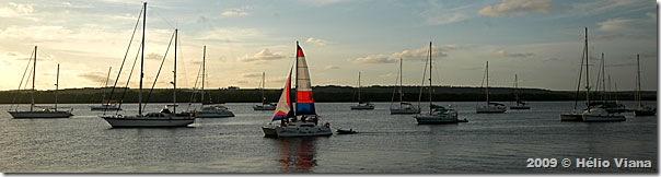 Flotilha do Îles du Soleil na Praia de Jacaré