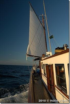 O Ferrara navegando para os Abrolhos