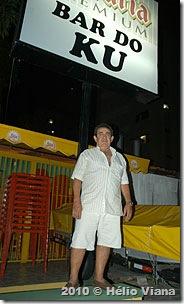 Idevaldo em frente ao Bar do Ku