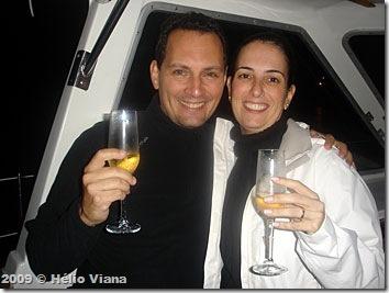 Sérgio e Fabi brindam a bordo do Astral
