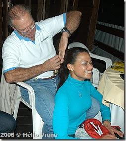 Silvio treinando os dotes nos cabelos de Lilian