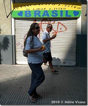 Mara e João Gaúcho em uma ruela de Barcelona