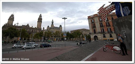 Usuário do Bicing em praça de Barcelona