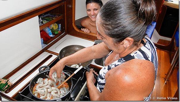 Mara e Camila na cozinha do Astral