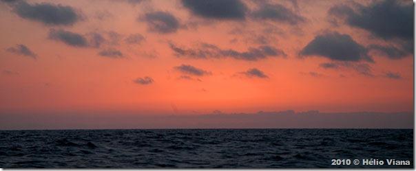 Mais um pôr-do-sol em alto-mar